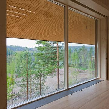 Auditorion etuseinälle saa tarvittaessa avattua näkymän Nuuksion Pitkäjärven upeaan maisemaan, joka sopii hyvin taustaksi kokoukselle