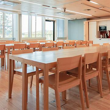 Haltian pohjakerroksessa sijaitsevat kaksi kokoustilaa OTSO ja TARVAS*, jotka on yhdistettävissä yhdeksi 85 m²:n tilaksi